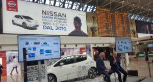 Un momento della presentazione dell'iniziativa Nissan Enel, dietro campeggia uno dei 26 schermi