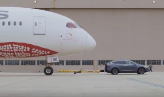 La Tesla Model X mentre sposta il 787 Qantas a Melbourne (Australia).