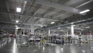 Uno scorcio dell'interno della Gigafactory di Tesla