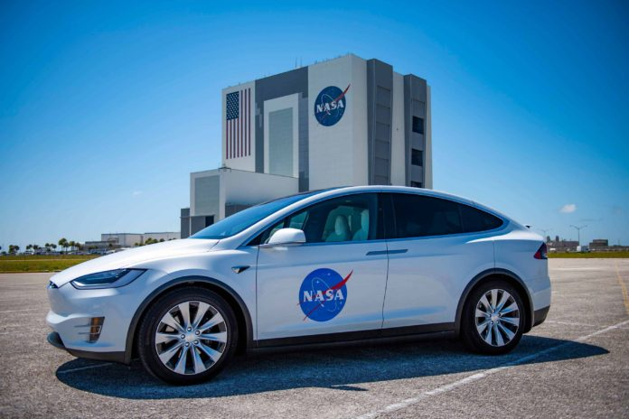 Model X Tesla astronauti